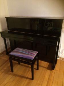 A VENDRE MAGNIFIQUE PIANO NOIR