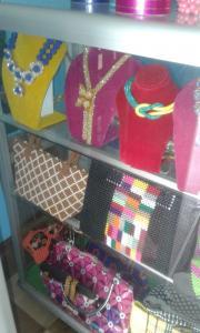 Taschen, Armbänder, Halsketten, Schuhe in den Perlen