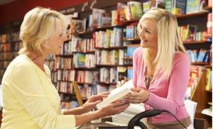 Le vendeur dans la librairie