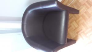 2 fauteuils simili cuir couleur.  Brun-noir