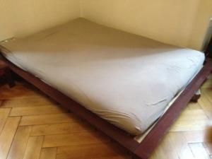 Cadre de lit futon en bois massif. 140cm