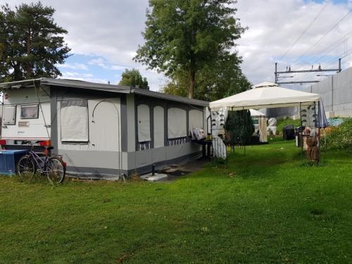 e caravane sur emplacement camping des pins Corcelettes