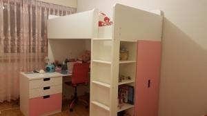Lit surélevé, bureau et petite armoire