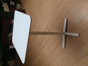 une table haute blanche