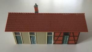 Hangar HO avec mur en brique rouge