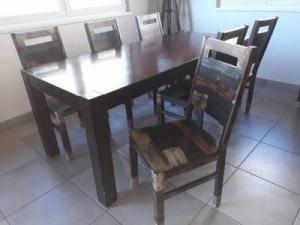 1 table a manger avec ses 6 chaises