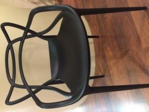Un lot de tables et chaises noire