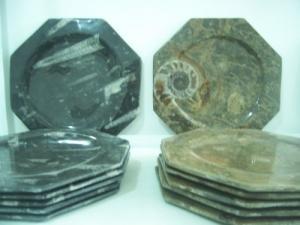 Assiettes et plateaux en marbre fossile