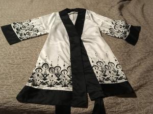 Très beau peignoir blanc et noir
