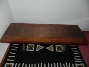 Table de salon en bois et cuivre