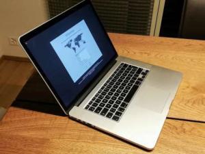 Apple MacBook Pro (2015) 15.4  2.5 GHz  16 GB  512 GB