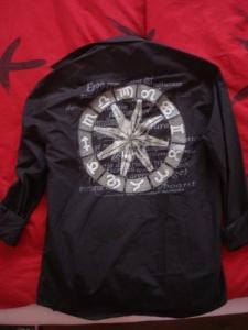 Chemise noire avec motifs