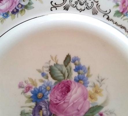 Superbe vaisselle peinte à la main et couverts argentés