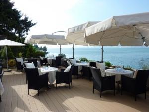 Superbe restaurant surplombant le lac