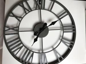Vends Horloge murale en métal neuve 40 cm