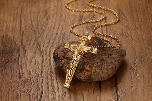 Collier en titane doré 50 cm avec croix classique Jésus