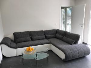 Canapé d'angle blanc et tissu gris