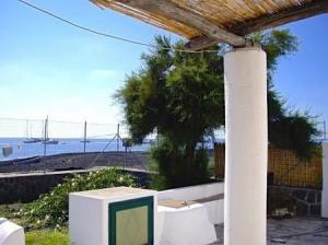 Villa en bord de mer  dans l'archipel des îles Eoliennes. Prix revu.